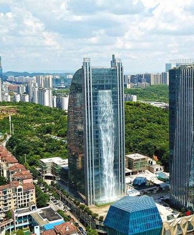 На небоскрёбе создали искусственный 108-метровый водопад